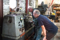 Tuesday, 22.8.2017. Bob and Chris concentrate hard on another practice at screw cutting …