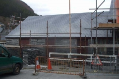 Thursday, 22.3.2018. The front roof of the Stable block in Corris has been completed, gloss paint applied to the fascia boards and half the front wall pointed. A start has been made on dismantling the scaffolding.