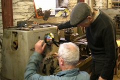 Tuesday, 27.9.2016. Bob and Steve try to work out settings to practice a bit of screw cutting on the lathe in the Engine Shed …