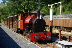 … so that we get the rare sight of the sun on the front of No. 7 in the South platform! They have steamed early to accommodate a Photo Charter, fetching the majority of participants from Corris …