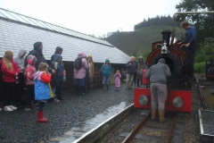 ... then on the 13.00 train, he acquires an audience as he retrieves his dinner from No. 7's smokebox ...