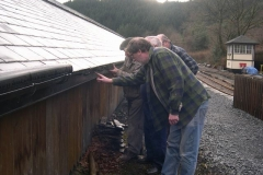 How many people does it take to put a gutter bracket up?